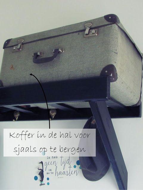 In de hal een koffer als opslag gebruikt.
