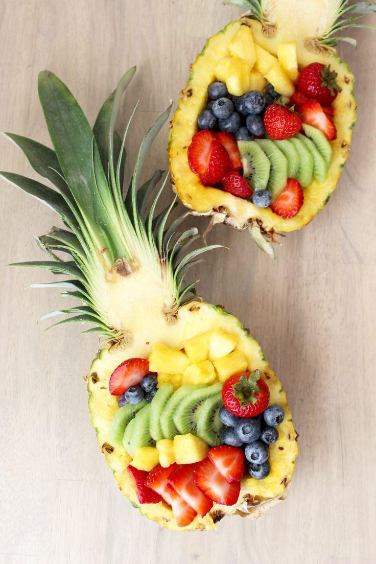 wie man eine Ananas in eine Obstschale schneidet; …