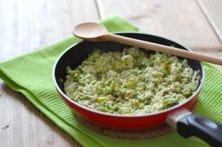 Een super lekker en simpel bijgerecht: broccolirijst. Weer eens wat anders dan gewone witte rijst. Serveer de broccolirijst met een stukje vlees.