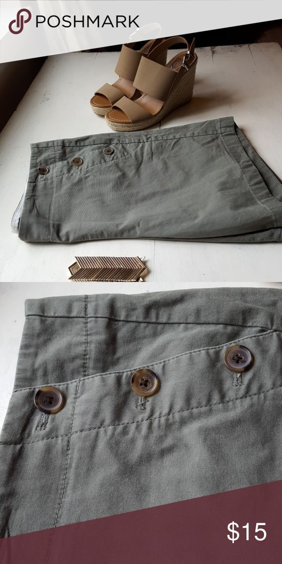 Shorts J crew outlet olive green shorts. Great when needing a more polished pair of shorts. 3 tortoise shell buttons on the sides create a flattering look when compared to traditional zipper. J crew  Shorts