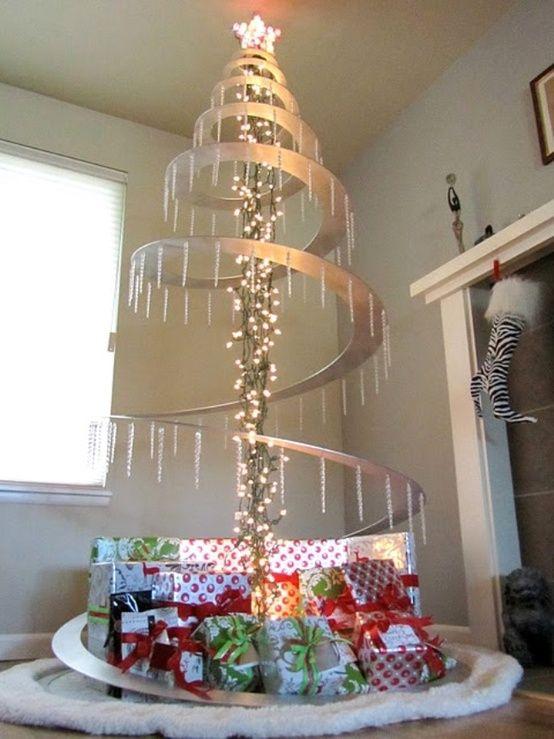 Usa metal y luces que tengas en casa para crear un árbol de navidad.