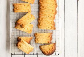 Eenklassiek koekjesrecept vanKoken met kennis: spritsen! Check ook de fijne video hierboven. Verwarm de oven voor op 175 graden. Mix met de bisschop in staande mixer de boter met het ei. Voeg de basterd- en vanillesuiker en zout toe en mix kort tot alles goed gemengd is. Zeef de patentbloem, Zeeuwse bloem en zout erboven …