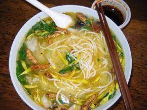 Hoy vamos a preparar una sopa china de fideos con verduras, ideal para aquellas personas que están haciendo dieta, ya que consta de menos de 200 calorías.