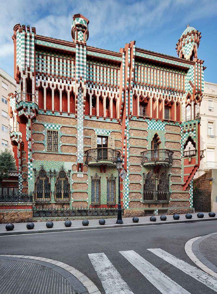 Casa Vicens il primo edificio firmato Gaudì, apre al pubblico dopo 130 anni Casa Vicens è stata progettata da un Antoni Gaudì appena trentunenne. Doveva essere una residenza estiva ed era circondata da un parco. Da allora Barcellona è cambiata, il parco è scomparso ma Casa V #design #architettura #spagna