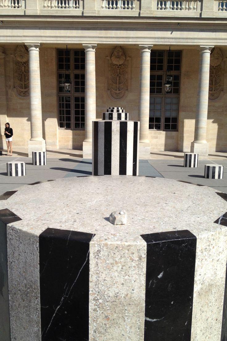Roche nomade déposée sur un socle de Buren au Palais Royal de Paris (France). Pour plus de détails sur le projet Roches nomades : www.museelaurentides.ca/roches-nomades. Photo : Lise Létourneau.