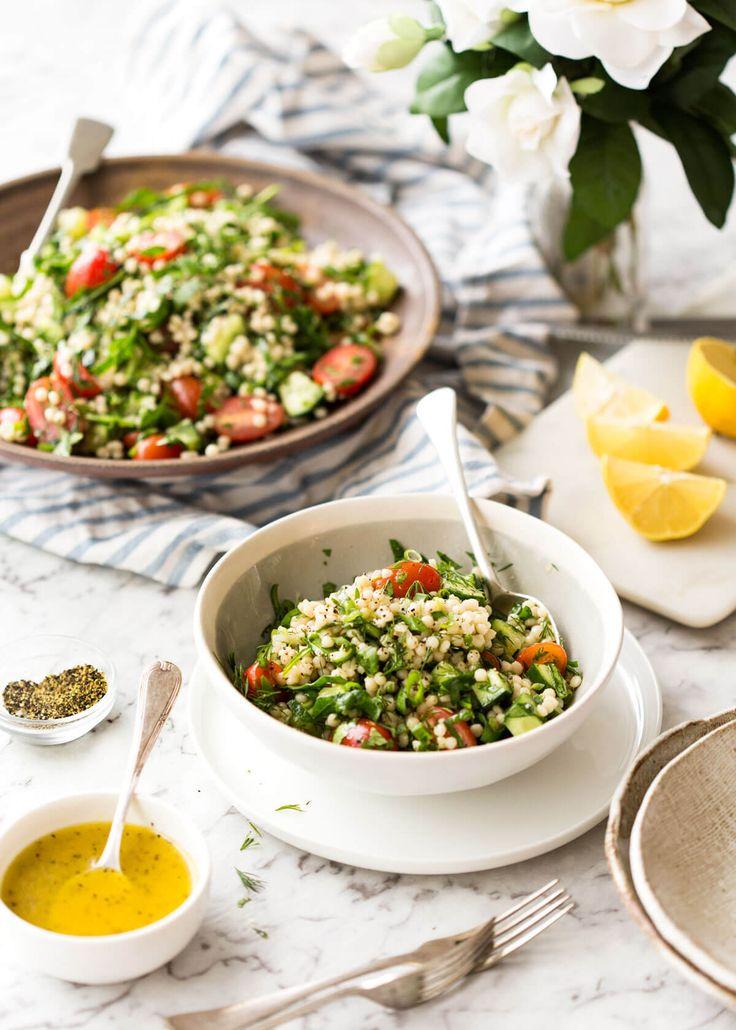 Cette salade israélienne de couscous est fabuleusement addictive!  Des bouts de couscous imprégnés de saveur, mélangés avec des épinards, des tomates, des concombres, des herbes et un pansement au citron frais.  L'été dans un bol!  Www.recipetineats.com