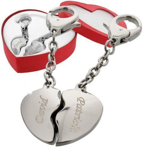Ein Geschenk voller Liebe: Die Vornamen zweier Liebenden werden in die zwei Herzhälften des Schlüsselanhängers eingraviert. Romantisches Valentinsgeschenk!