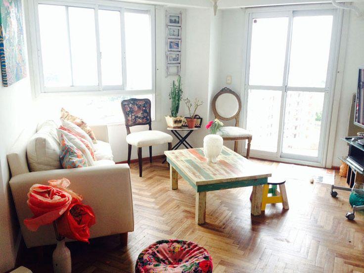 La #casa de Paz García Alegre y muy luminoso, Paz nos enseña con todo lujo de detalles las piezas que decoran su acogedor salón en diversos colores.