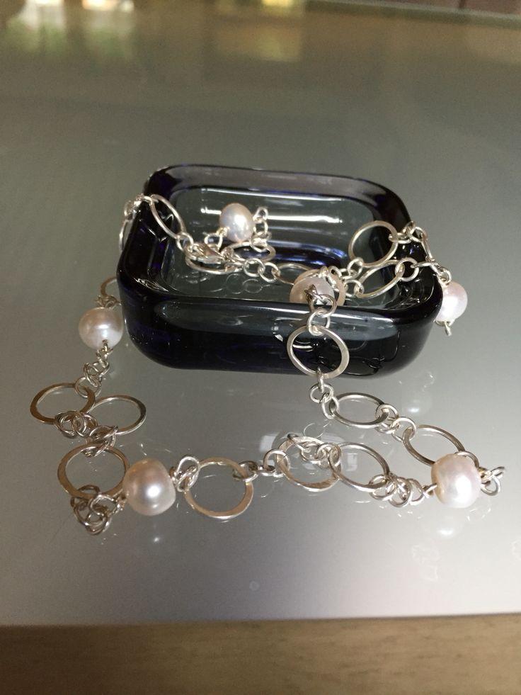 Taottuja hopearenkaita ja makeanveden helmiä