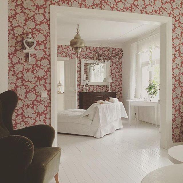 De älskar att bo på landet och renoverar ett 330 kvm stort hus från 1903 som kallas för Malmgården! 🔨 Här vackra vitmålade trägolv och charmig mörkröd tapet med ljusa blommor (jag gissar på Midbec) 🌸 Tack för taggen #renoveringsdamm och inspirationen @malmgarden