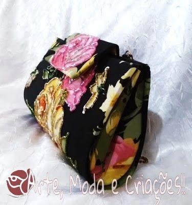 Uma bolsa carteira preta bordada e com estampa de rosas. Linda, delicadamente trabalhada e estilosa!