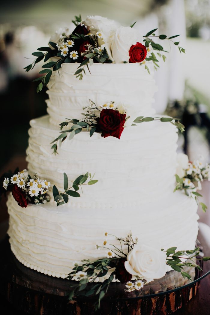 Dreischichtige Hochzeitstorte mit rot-weißen Rosen und viel Grün Bild b …   – Wedding Cakes