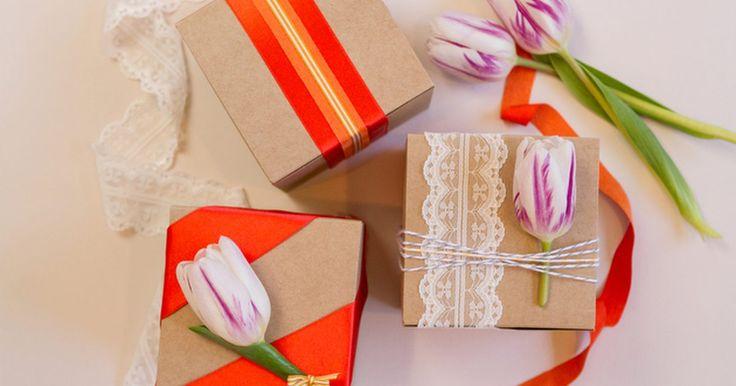 3 ideas encantadoras de envoltorios para recuerdos de boda de primavera. La primavera es una estación llena de colores brillantes y de nacimiento de nuevas flores, ¿así que por qué no incorporas estos bellos elementos dentro del día de tu boda? En lugar de envolver los recuerdos en un formato tradicional, refleja los bonitos colores de la temporada. Es increíble lo que puedes crear usando sólo un puñado de materiales y ...