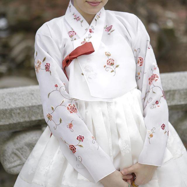 #신랑신부한복 옥사 손자수 저고리 모본단,수방사를 세땀상침으로 연결한 신부 치마입니다  #풍경한복