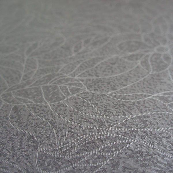 Gecoat tafellinnen Grijs Bloem - Heel elegant gecoat linnen tafelzeil in een sjieke grijze kleur. Dit tafelzeil uit heeft de uitstraling van het echte klassieke linnen tafellaken, met het gemak van een afwasbaat tafelzeil. Dit tafellinnen is van goede kwaliteit en valt zeer soepel om uw tafel.  Het geweven tafellinnen is opgebouwd uit een samenstelling van katoen en linnen en heeft een soepel acryl laag die het tafelkleed makkelijk afwasbaar maken.