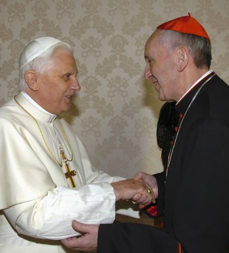 En una imagen de archivo, el entonces cardenal Jorge Mario Bergoglio saluda a su predecesor en el papado, Benedicto XVI.   Perfil del papa Francisco: http://www.rtve.es/n/616880.shtml