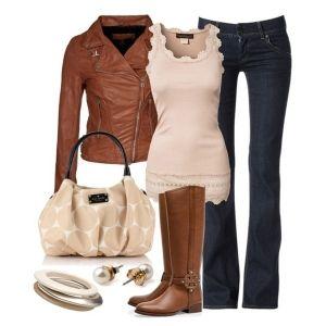 С чем носить коричневые сапоги: нежно-розовый топ и синие джинсы