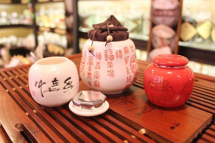 Чайница - это традиционный китайский сосуд для хранения чая. Является самым удобным и лучшим способом хранения чая. Так как именно при держании чая в чайнице соблюдаются все необходимые условия, при которых чай хранится наилучшим образом: отсутствие света, посторонних запахов, влаги. А также, за счёт своей массы и материала, фарфоровая или глиняная чайница имеет небольшую прохладу внутри сосуда, что благотворно влияет на лежащий внутри чай. #
