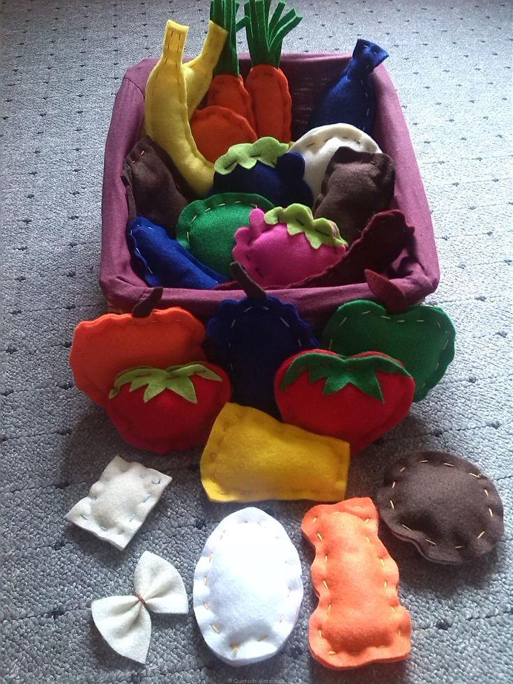 Meine Tochter liebt einkaufen spielen, genauso wie ihre Kinderküche aus Holz. Sie hatte schon etwas Zubör. Aber sie wollte mehr. Ich schaute also bei Ebay und war von den Preisen etwas schockiert. Also was nur tun? Ich überlegte wie ich viel an Zubehör selber machen kann. Ich kramte also in meinen Schränken rum und fand Filz. Nun, dachte ich, wieso nähe ich nicht etwas selbst, anstatt so viel  ...