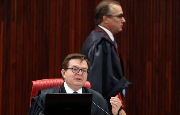 Após três extensas sessões em que proferiu o seu voto, o ministro Herman Benjamin, do Tribunal Superior Eleitoral (TSE), confirmou o pedido de cassação da chapa encabeçada pela ex-presidente Dilma Rousseff (PT) e pelo presidente Michel Temer (PMDB) por ...