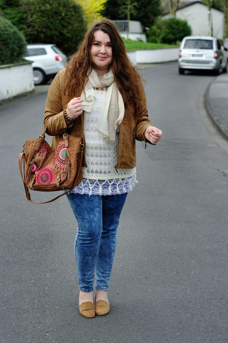 Große Größen Plus Size Fashion Blog - hippie boho look -brown leather jacket, white top, creamy pochno, brown desigual bag, blue skinny jeans and brown loafers