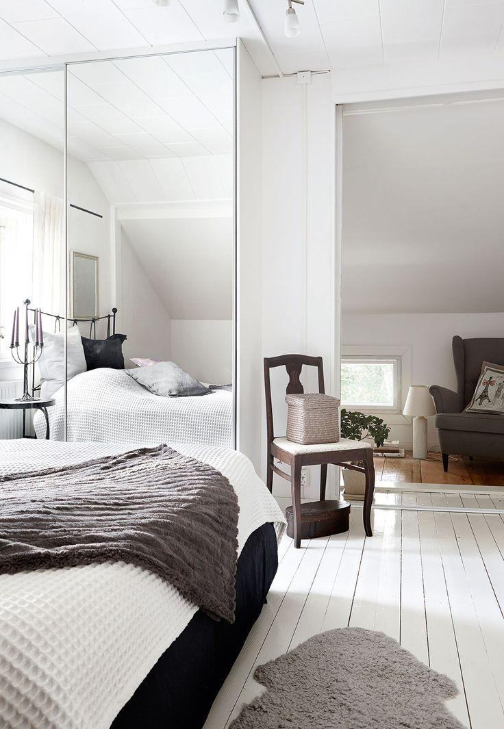 Seesteinen vaalea tyyli jatkuu myös yläkerrassa, jossa sijaitsee Tean makuuhuone. Valkoisen päiväpeiton ja harmaan torkkupeiton Tea on löytänyt Askosta. Puutuoli on ostettu kirpputorilta ja entisöity. Nojatuoli on Ikeasta.