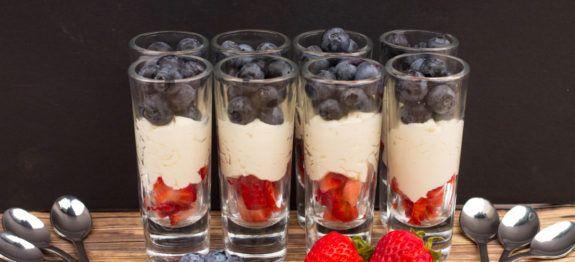 Een lekker koolhydraatarm dessert, mascarpone toetje met bessen. Deze heerlijke mousse met blauwe bessen en aardbeien is makkelijk om te maken.