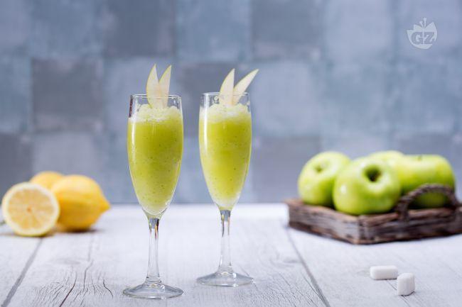 Il sorbetto alla mela verde è un dessert fresco e profumato, perfetto per rinfrascarvi nelle afose giornate estive!