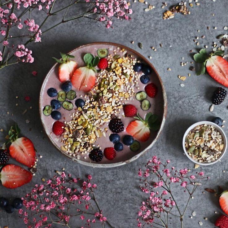 Acai bol con frutas silvestres y bebida de almendras Almond Breeze