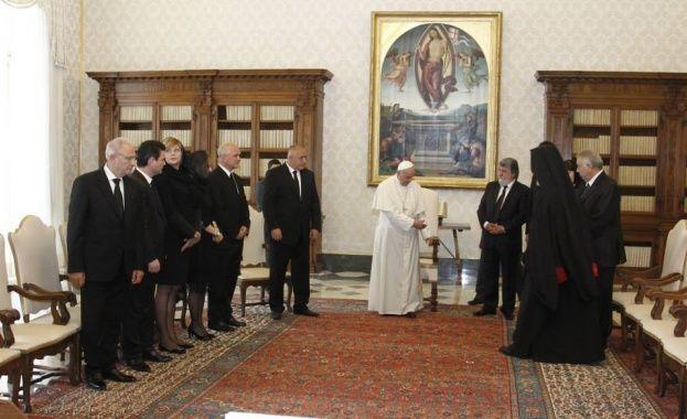 Премиерът Борисов поднесе на папа Франциск сребърна хранителница с камък от гроба на св. Иван Рилски