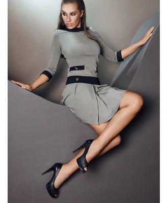 Cudowna sukienka, rękaw 3/4, dół plisowany, odcięty czarnym pasem. Patki imitujące kieszenie. Na patkach i pasie ozdobne guziki - Ryłko Fashion. $74,42