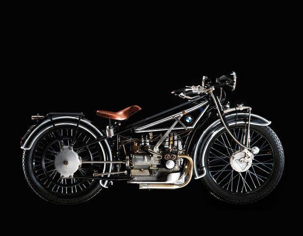 BMW R 32 : le premier deux roues du constructeur munichoisSi BMW est surtout connu pour ses autos, il est aussi un fabricant de motos et ce depuis plus longtemps qu'il ne vend des véhicules à 4 roues. Son premier modèle est le R32, présenté au Salon de Berlin en 1923. Désormais, les motos ne constituent qu'une activité mineure pour le groupe : seules 136.963 ont été produites en 2014, contre 2,2 millions d'autos.>>> Testez notre comparateur d'assurances auto