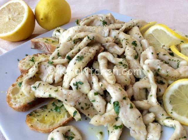 Gli straccetti di pollo al limone sono un secondo piatto sfizioso e profumato. Una ricetta facile e veloce per cucinare il petto di pollo.