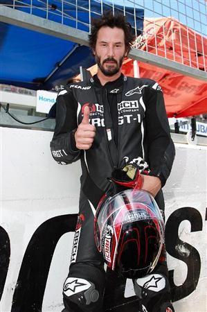 米俳優、キアヌ・リーブス(50)が26日、三重・鈴鹿サーキットで開催された鈴鹿8時間耐久ロードレース(8耐)の決勝レースでスターターを務めた。