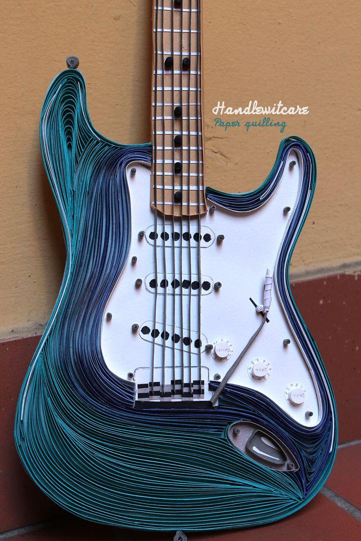 Una Fender Stratocaster interamente realizzata in carta con la tecnica del paper quilling. Le strisce di carta sono di 5 mm di spessore e sono tutte tagliate a mano.La dimensione della chitarra è quasi reale.. 60 cm x 20 cm.