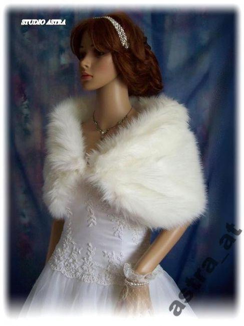 """Warme bruidsstola van bont in de """"vos-bont"""" stijl. Verkrijgbaar in de kleur: wit of ivoor. Lengte is ca. 102 cm. Verstelbaar sluiting. -"""