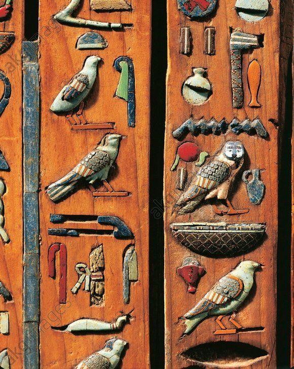 """Les hiéroglyphes sont consédérés comme l'une des formes les plus anciennes d'écritures.Ils traduisent soit un mot(solei=soleil),soit évoque un concepte(soleil=sumbloise """"la lumière"""") ou bien un son. Égypte, Tuna el-Gebel, Nécropole de Khmun (Hermopolis Magna): Couverture du sarcophage en bois de Zedthotefankh (frère de Petosiris, le grand prêtre de Thoth): ..."""