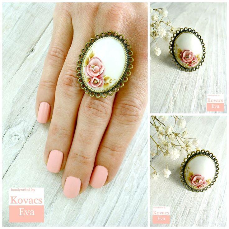 White flowered ring. Vintage ring. White rose ring.White statement vintage ring.