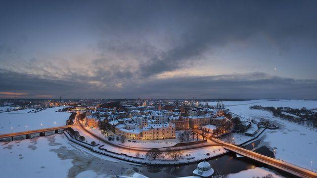 Vyborg (Rusia)  EUROPA     Vyborg es una ciudad con 70.000 habitantes en el Istmo de Carelia a 38 km al sur de la frontera rusa con Finlandia. Está rodeada por el Canal de Saimaa, que se congela por completo en invierno. Desde la torre del castillo puede observarse toda la belleza de la ciudad cubierta de nieve.