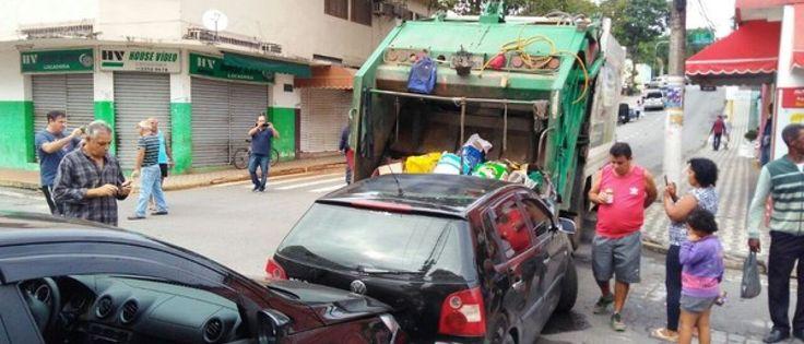 InfoNavWeb                       Informação, Notícias,Videos, Diversão, Games e Tecnologia.  : Caminhão de lixo perde controle e atinge ao menos ...
