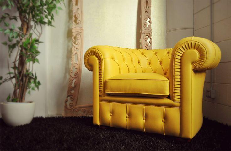 Poltrona Chesterfield in pelle gialla