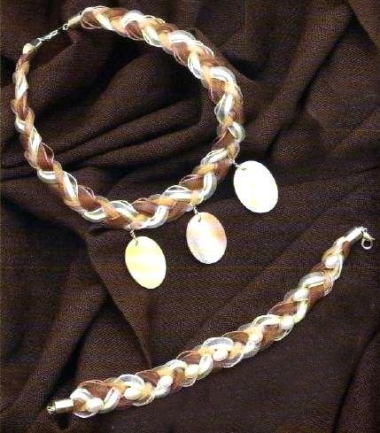Basterà qualche nastro di organza e perle piatte o tonde in madreperla, per intrecciare e confezionare quindi una bellissima coppia di bijoux fai da te come questa collana e bracciale.