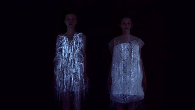Les robes (No)where and (Now)here sont faites en mailles photoluminescente utilisant un systeme d'eye-tracking pour changer de forme en fonction des regards qui se portent sur elle.