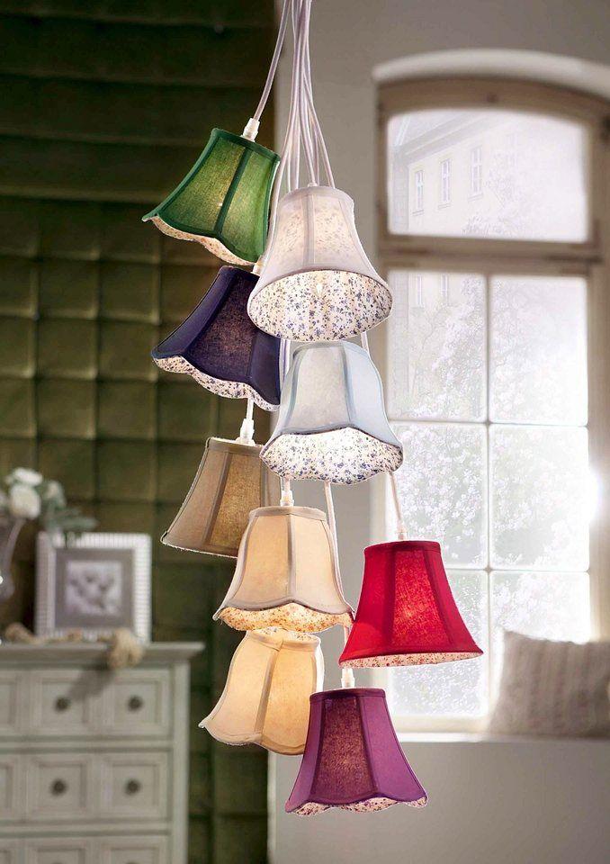 Macht gute Laune: die hübsche Pendelleuchte mit den farbenfrohen Lampenschirm. Sie ist ein echter Blickfang und wird jedes Zimmer auf individuelle Weise verschönern. Ob über der Sofa- oder Leseecke oder als hübsche Lichtquelle über dem Esstisch - die Deckenlampe im Patchworkstil wirkt fröhlich und verspielt. Sie passt hervorragend zum Landhausstil, aber auch zum klassischen Ambiente.