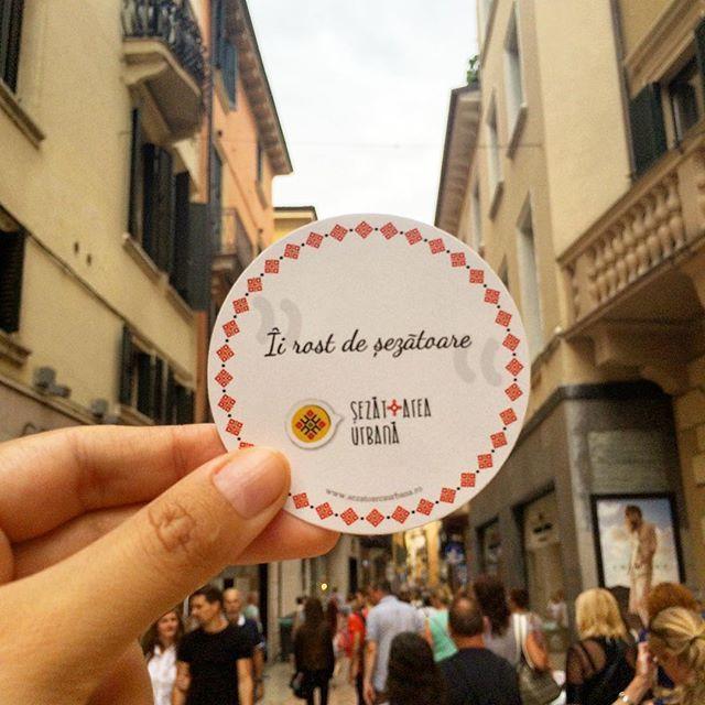 Îi rost de șezătoare în toată lumea ~ Verona, Italia ❤️ #sezatoareaurbana #italia #romanian #calatorie #verona  Design by @corinamoscu 😍
