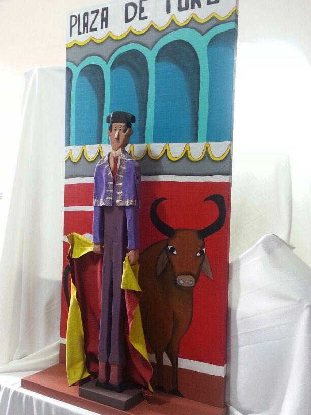 El torero.  Calado, tallado, recubimiento, pintura sobre madera.  Artesania.  Madera y tela.
