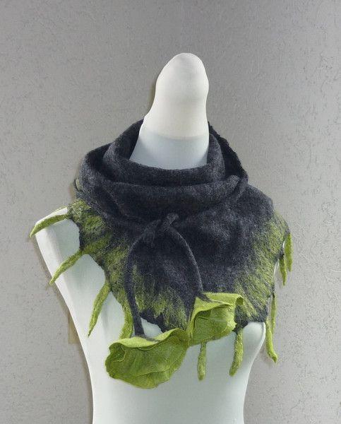 Dreieckschal Grau mit grünen Flammen von C.H.FilzKunst auf DaWanda.com