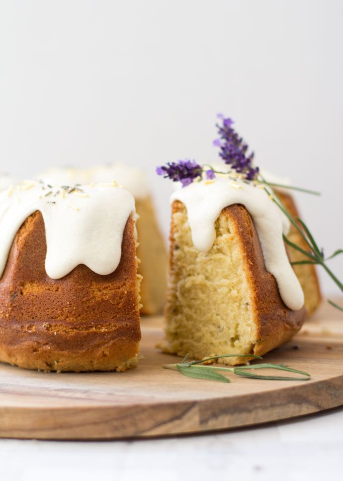 Durf je het aan? Een cake met lavendel was de uitdaging die ik vorige maandaanging. Misschien heb je op Facebook en Instagramde foto's van deze cake alvoorbij zien komen. In eerste instantie wilde ik een maanzaad citroencake maken, maar toen viel mijn oog op het zakje lavendel dat ik had staan. 'Dat moest en zou...Lees Meer »