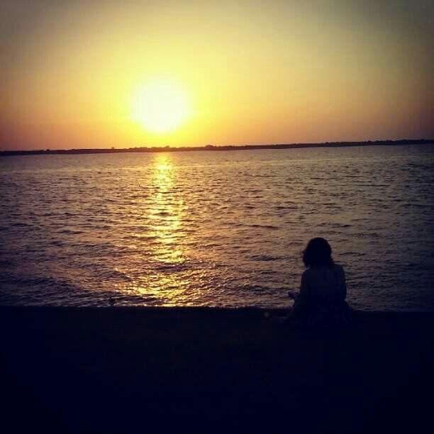 Momento de reflexão. Final da tarde. Portal da Amazônia
