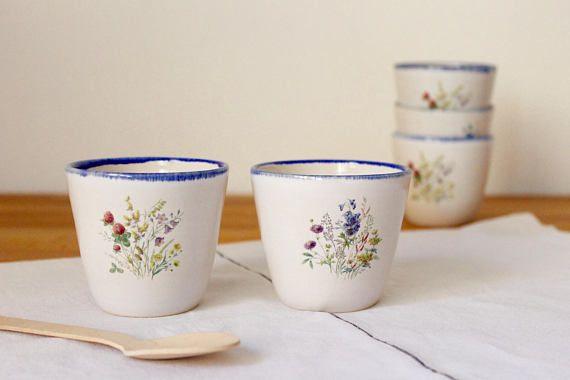 Tazas para café expreso, para los amantes del café. Disfruta de tu momento perfecto del café con estas copas. Un placer para los sentidos.  Son 7,5 cm (3 pulgadas) de ancho y 7 cm (2,73 pulgadas), aproximadamente.  El listado es para una taza. Puede ordenar el conjunto de orificio o ir para una o dos de ellos.  Les hice en mi estudio, usando la rueda y la arcilla de gres blanco. Después de lanzamiento de rueda y corte y secado correctamente, le Biscuit dispararon las tazas. Después del…